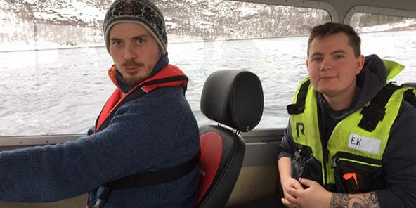 2 personer som kjører en båt