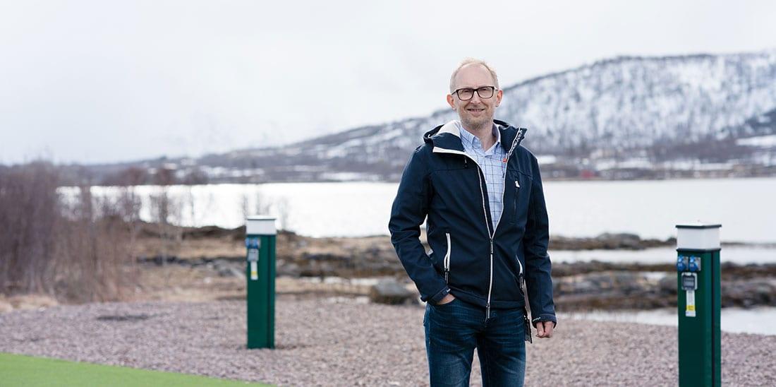 Lars åsheim norengros, med sjøen og fjell i bagrunnen